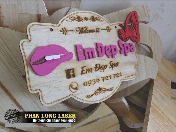 Bảng gỗ khắc tên shop làm bằng chất liệu gỗ MDF giá rẻ tuy nhiên chất lượng và thẩm mỹ không cao